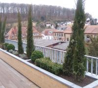 Terrasse aus Bangkirai- Holz, Blumenkübel dazu aus Lärche