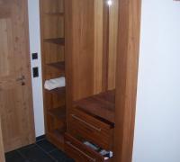 Garderobenschrank in Teak-Massivholz, eingepasst in Nische