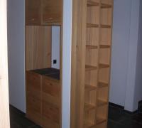 Schrank eingepasst zwischen Wand und Stütze, in Lärche-Massivholz mit Schiefer-Abdeckplatten