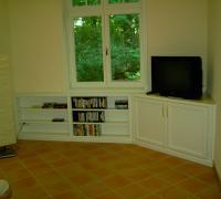Eingepasster Eckschrank als Fernsehschrank, weiß lackiert, Türen profiliert