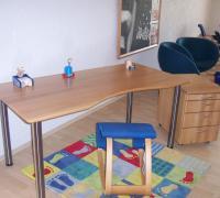 Buche-Schreibtisch mit Edelstahlfüßen und Buche-Rollcontainer
