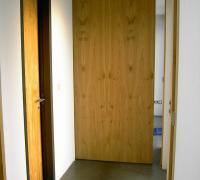 Türe in astigem Eichenholz