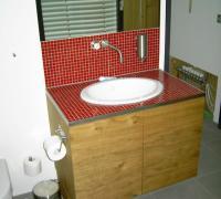 Waschtisch mit eingelassenem Waschbecken und gefliester Platte